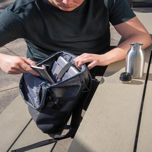 "PVC-vapaa 900D easy access -laptopreppu 15,6"""