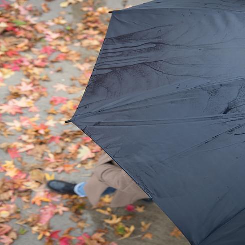 """Värillinen 23"""" lasikuituinen sateenvarjo"""